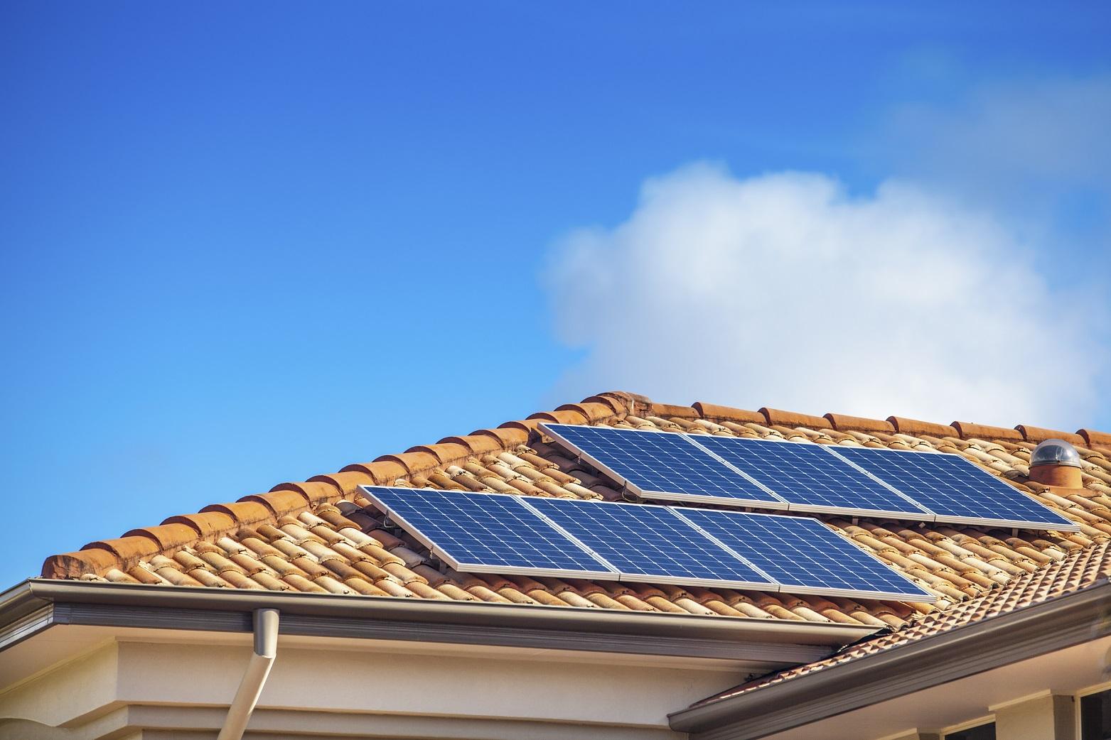 Placas fotovoltaicas para autoconsumo sobre tejado chalet